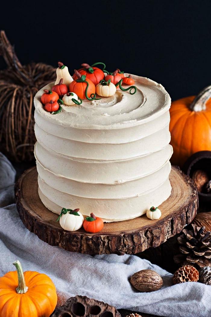 layer cake spécial halloween au glaçage de crème beurre et sa déco de citrouilles en pâte à sucre