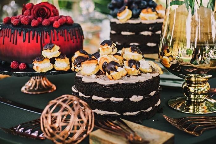 idées de gâteaux originaux pour le repas halloween, déco de table en noir et or pour la fête d'halloween