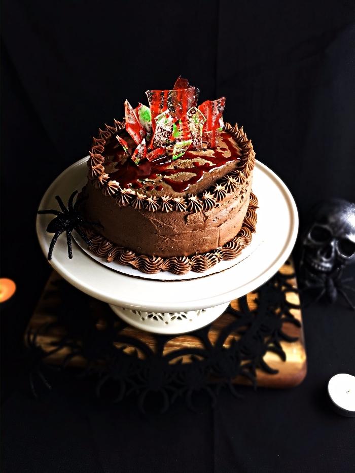 gateau d'halloween sanglant au chocolat décoré avec des éclats de verre en sucre, recette halloween effrayante