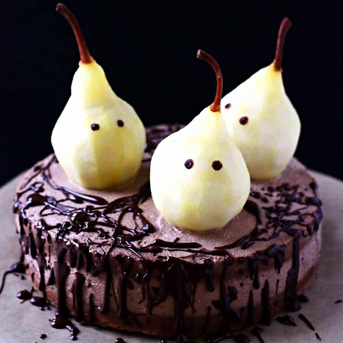 patisserie d'halloween facile, gâteau au chocolat et son coulis décoré de poires fantômes, gâteau d'halloween facile et rapide