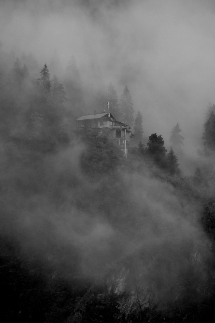 fond d écran horreur pour Halloween, paysage en noir et blanc comme écran verrouillage iphone pour Halloween