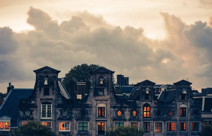 idée fond d écran automne, wallpaper PC avec bâtiment ancien hanté et ciel aux nuages, idée photo halloween