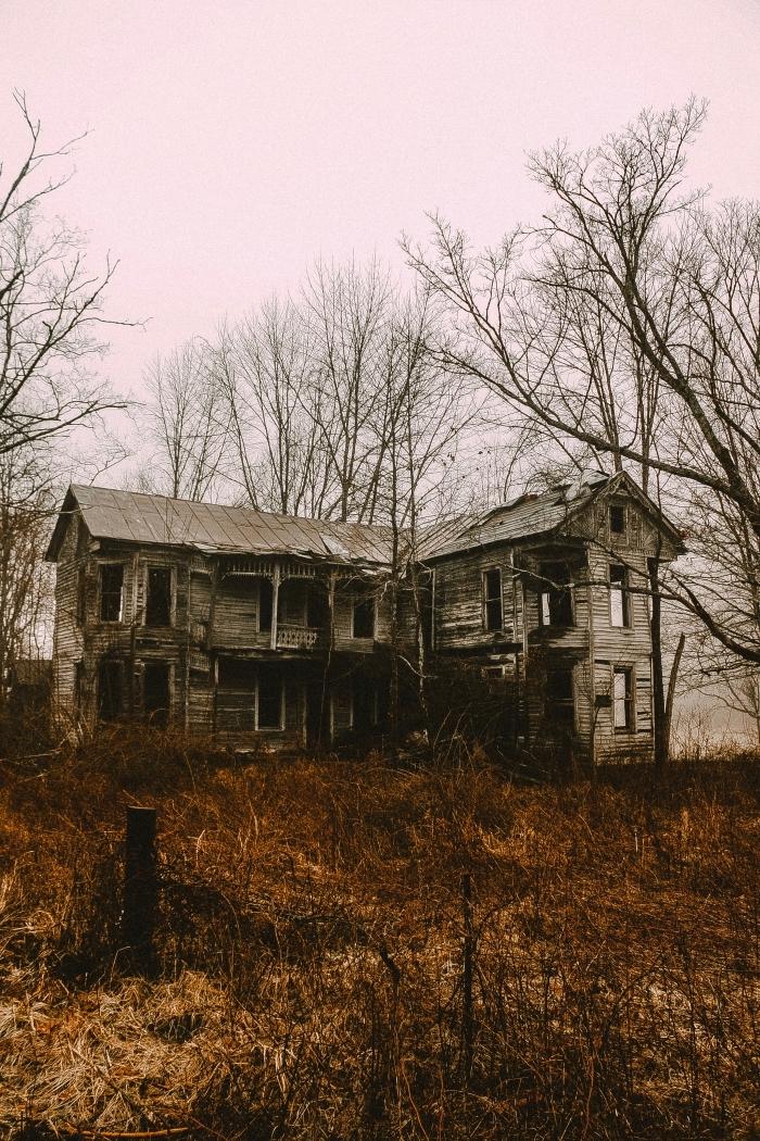 idée fond d écran horreur pour ordinateur sur thème Halloween, photo de maison hantée en bois et nature automne
