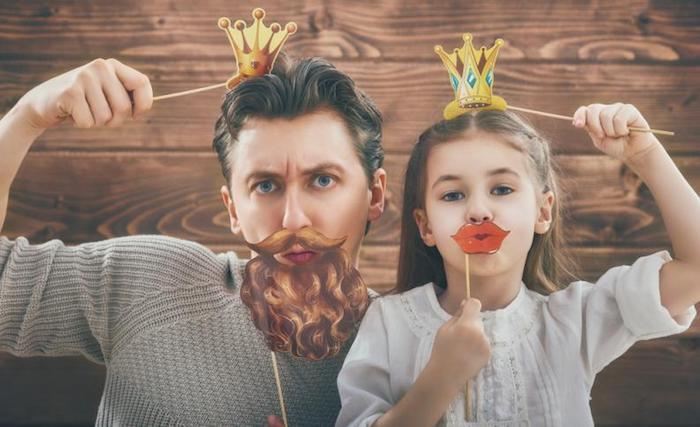 Pere et sa fille deguisement halloween fille, deguisement enfant original, couronnes en carton