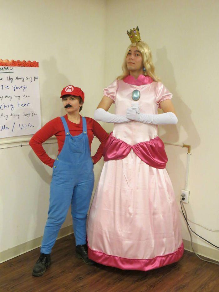 Super Mario et Princesse Pèche déguisement halloween femme original, déguisement drôle en changeant les roles
