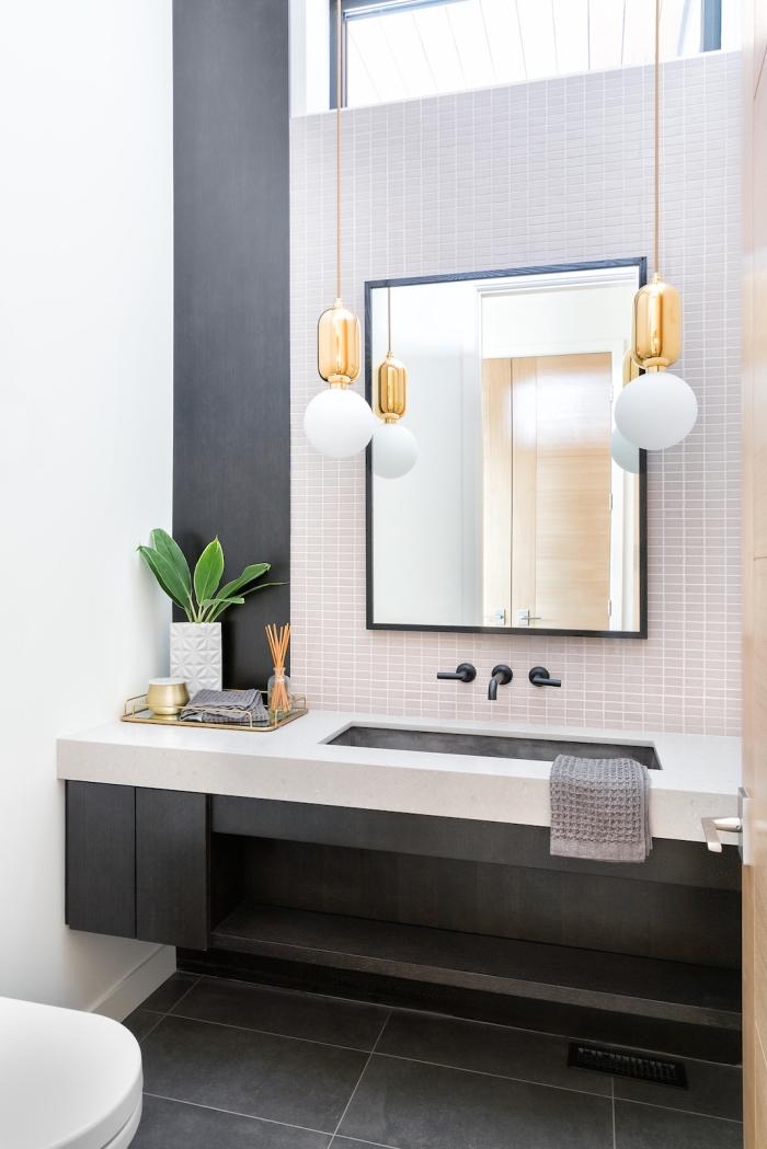 toilette deco moderne au carrelage mural en blanc et sol à effet ciment, déco toilette avec pan de mur gris foncé