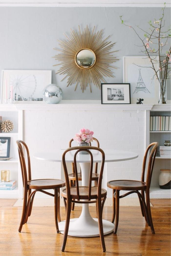 idée décoration salle à manger au parquet bois foncé et murs gris clair avec meubles bois, modèle de miroir en forme de soleil