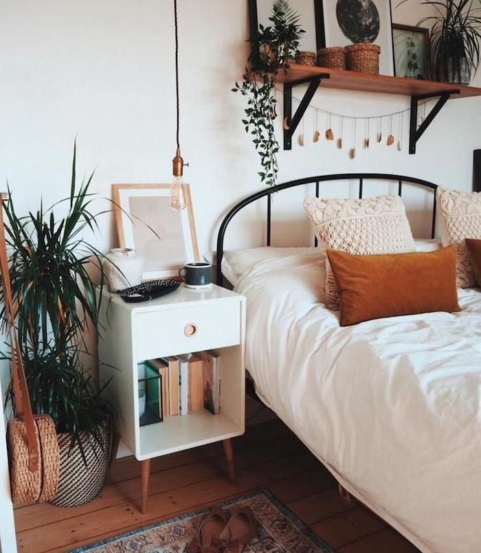 lit metallique vintage, linge blanc, cossins housse tricot, plantes vertes decoratives, etagere bois et metal, deco chambre vintage