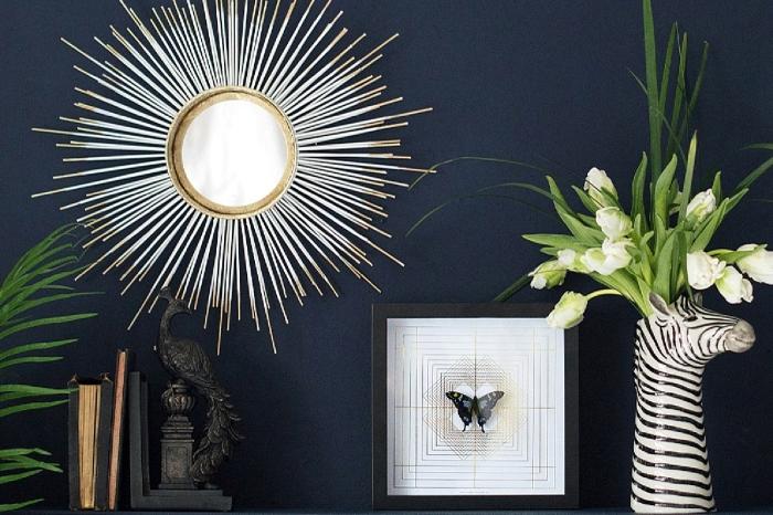 objets décoratifs salon, modèle de vase en forme tête et corps zèbre avec bouquet de tulipes blanches, miroir doré soleil
