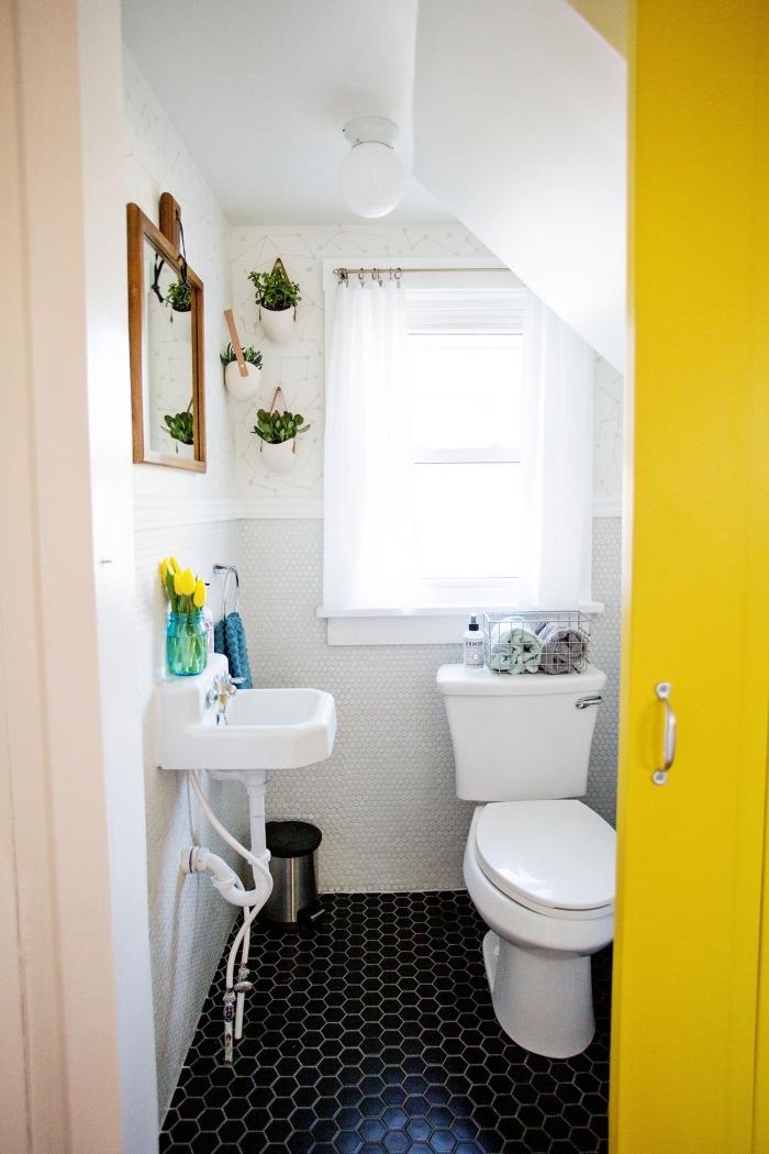 exemple carrelage toilette aux motifs géométriques couleur noir, aménagement petites toilettes sous pente