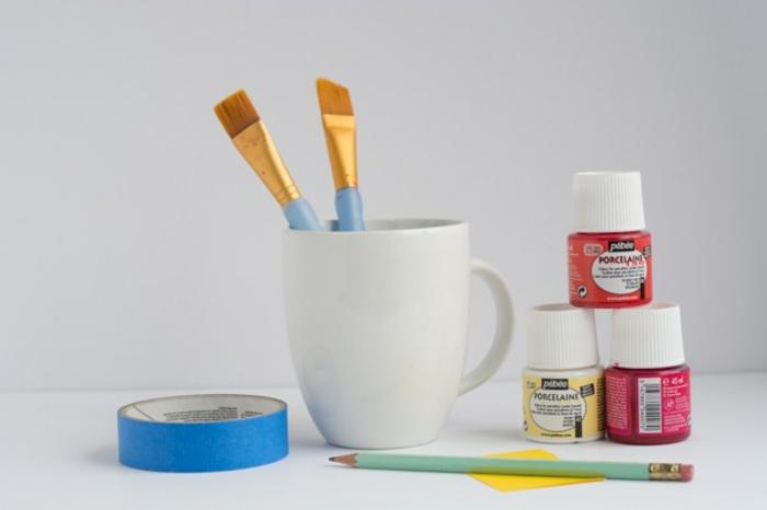 activité manuelle ado, matériaux pour décorer une tasse de café blanche avec peinture, diy mug personnalisé avec peinture rouge
