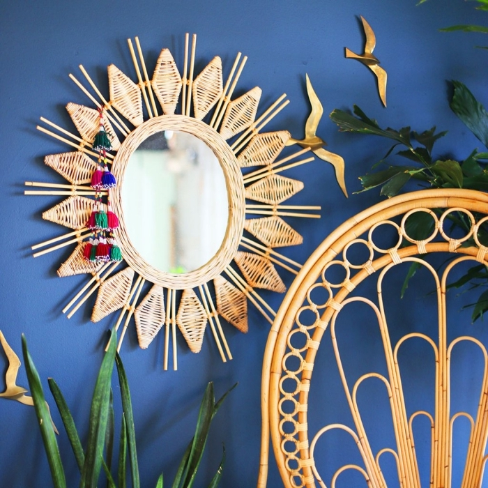 comment décorer sa chambre avec objets en matériaux naturels, idée peinture murale 2019 bleu marine, modèle miroir soleil en rotin