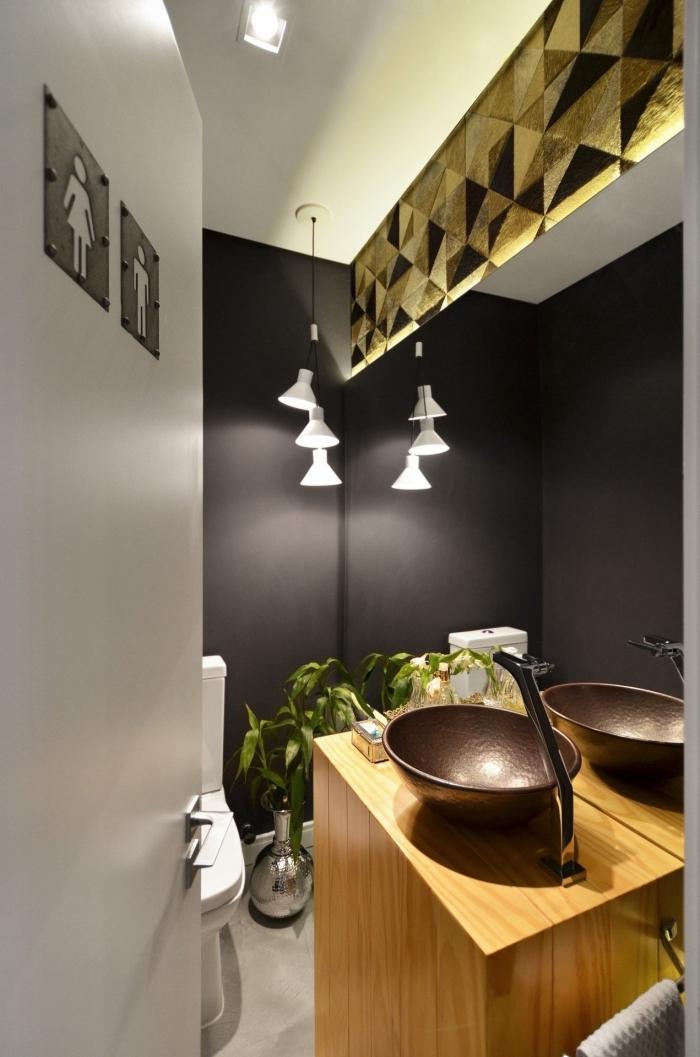 design intérieur moderne dans petites toilettes, exemple de pièce au plafond blanc avec sol ciment et murs en noir mat