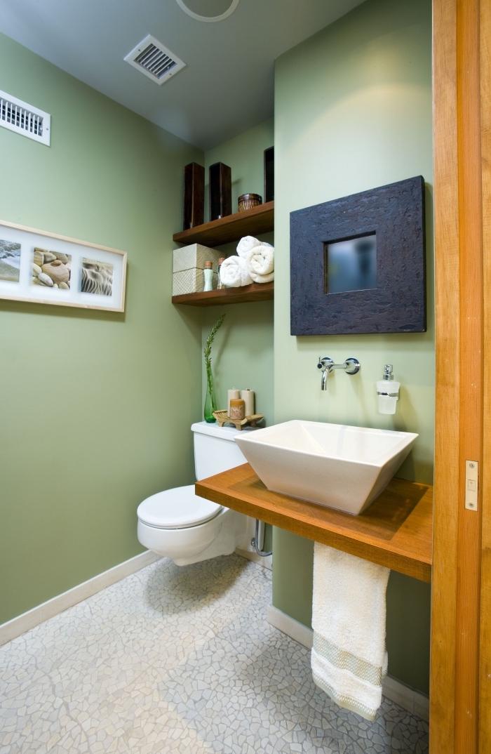 deco toilette aux murs verts et carrelage sol en blanc, idée rangement espace limité avec étagère en bois foncé