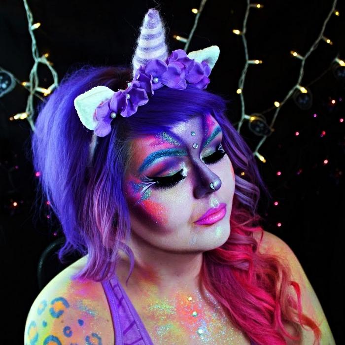 déguisement de licorne maquillage artistique en rose et violet avec paillettes et strass, perruque violet avec serre-tête licorne