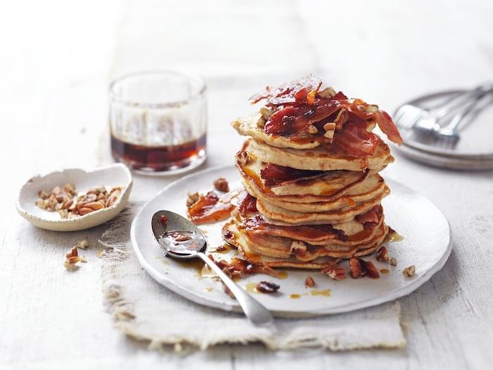 idee original de pancake sucré salé, mélange de gouts crepe originale, sirop d erable et bacon, larde