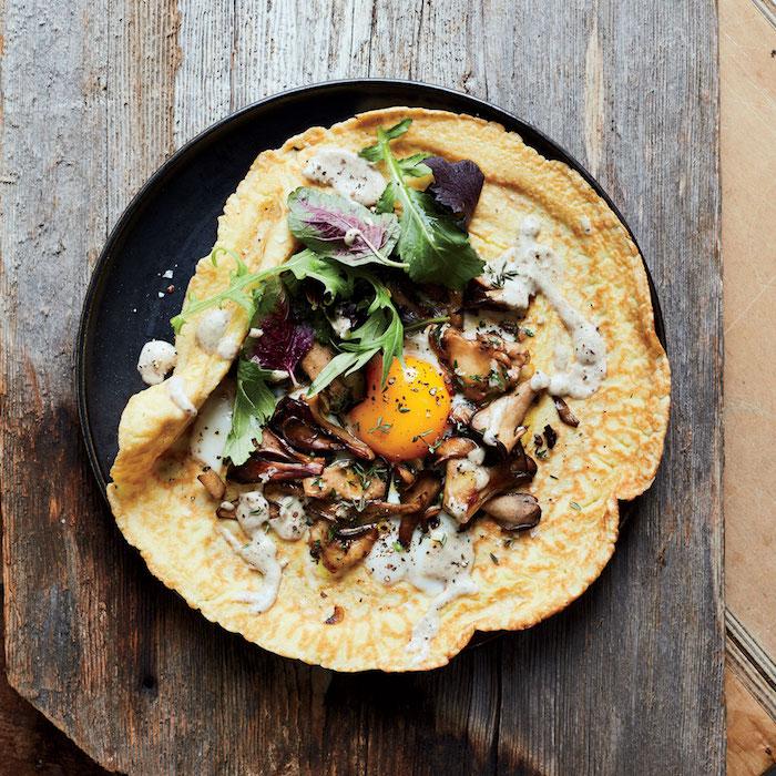 idee pour une recette crepe salé avec farce de champignons, oeuf au plat, roquette et sauce hollandaise