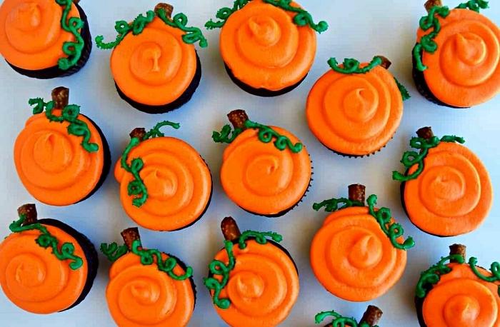 cupcakes d'halloween au glaçage orange façon citrouille, idée de petits desserts faciles pour le menu halloween