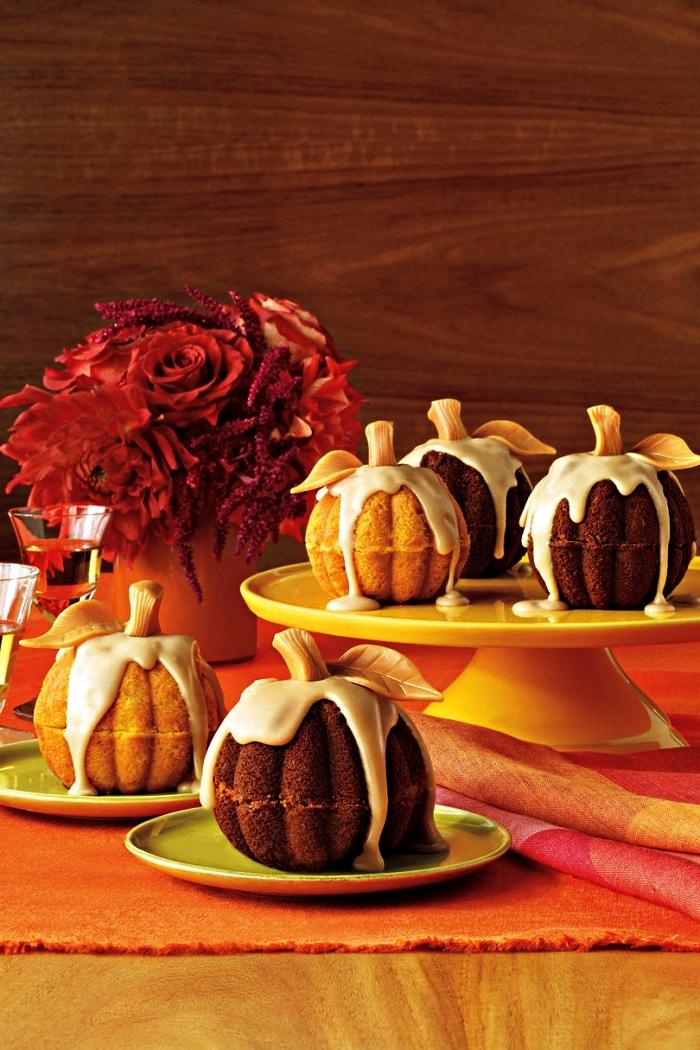 idée de petit gateau halloween en forme de citrouille, mini-gâteau en forme de citrouille au glaçage blanc