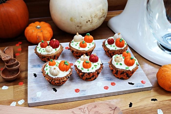 recette de cupcakes vegan aux épices pour tarte à la citrouille au glaçage de crème beurre vegan, décoré de citrouilles en pâte à sucre