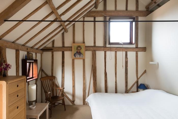 idée aménagement de combles, décoration chambre cocooning en blanc et bois sous pente, transformation grange en maison