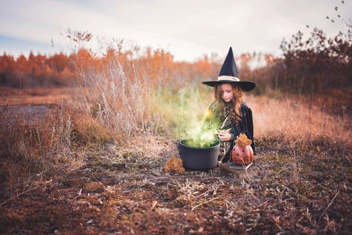 idée fond ecran halloween, quel déguisement Halloween pour petite fille, photo fille sorcière avec citrouille lanterne