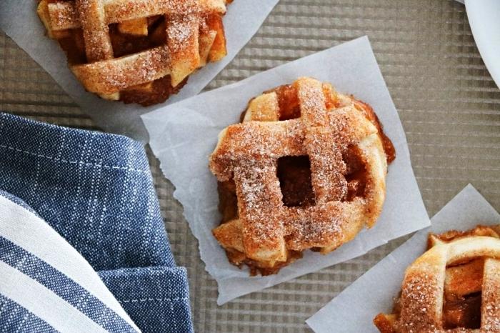 petites tourtes aux pommes et à la cannelle, bouchées aux pommes simples et rapides, dessert rapide et facile à base de pommes