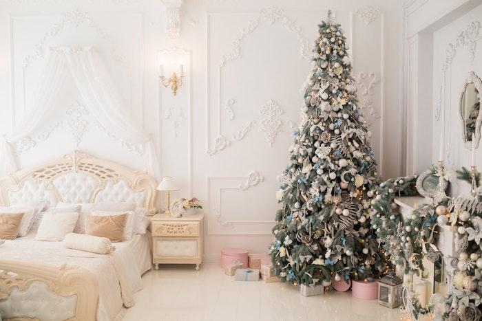 Vintage décoration dans chambre féminine, murs décorés blanches, grand sapin de Noël