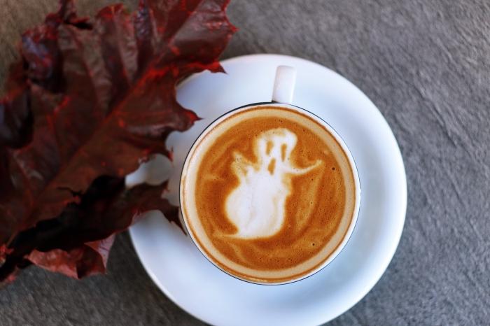 fond ecran halloween dans l'esprit d'automne, photo latte art avec fantôme, idée dessin dans son café au lait