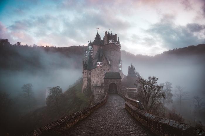 image halloween, wallpaper pour ordinateur à paysage château et brouillard, idée fond écran PC pour halloween