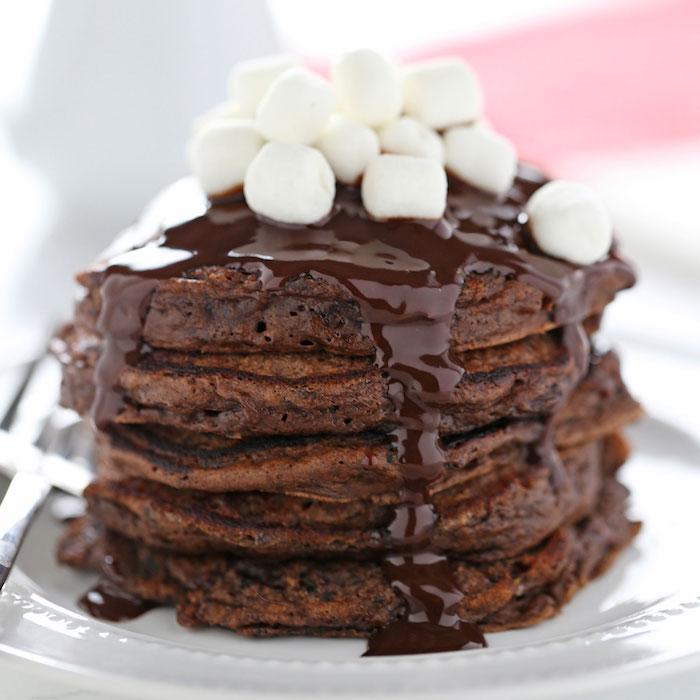 idee pour faire des pancakes chocolat chaud, crepes au cacao et glacage chocolat avec topping de guimauve marshmallow