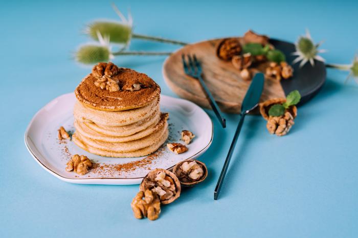 recette de pate a pancake facile a faire soi meme, pancake lait, oeufs et farine tout usage avec topping de cacao, noix sirop d erable