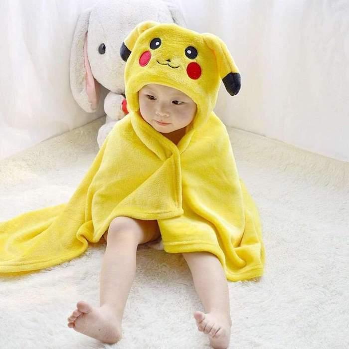 Servillette de bain qui deguise le bebe immetiatement en Pikachu jaune, deguisement halloween garcon, cool costume pour les plus petits