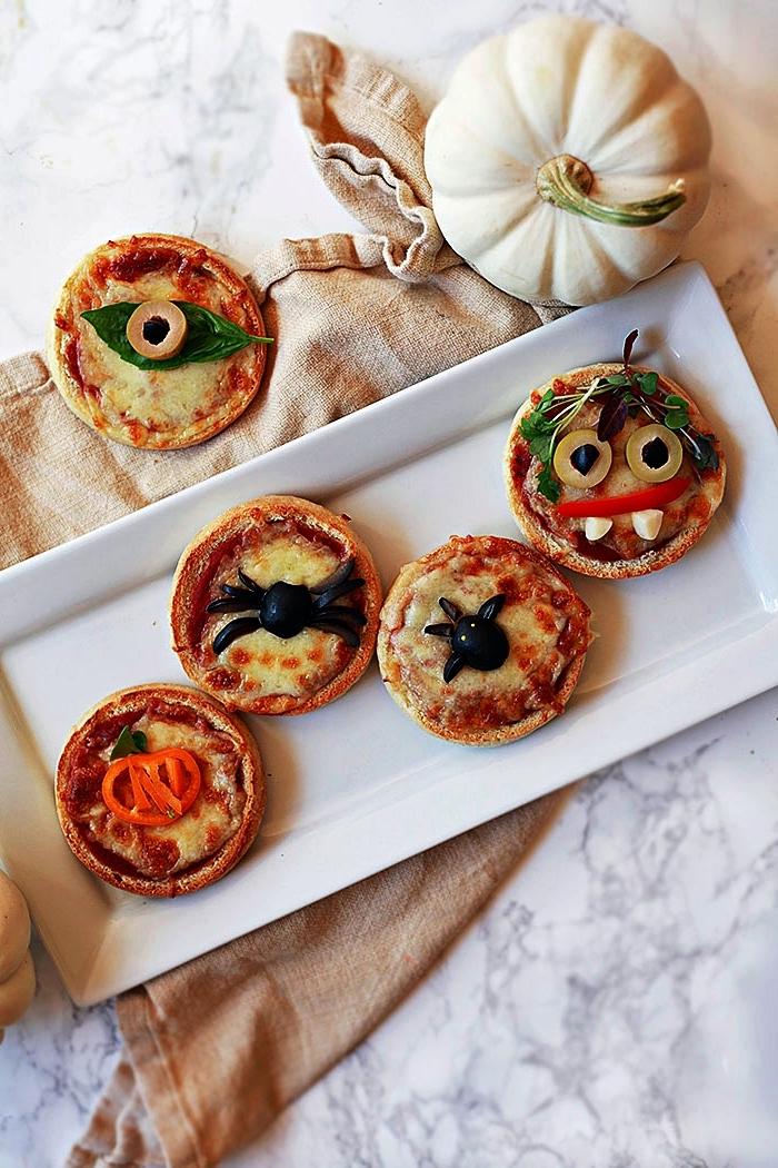 idée amuse bouche rapide pour apero d'halloween, mini-pizzas araignées et monstres d'halloween