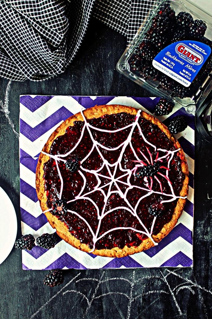 gateau d'halloween en toile d'araignée, moelleux à la confiture de mûres façon pizza dessert spécial fête de halloween