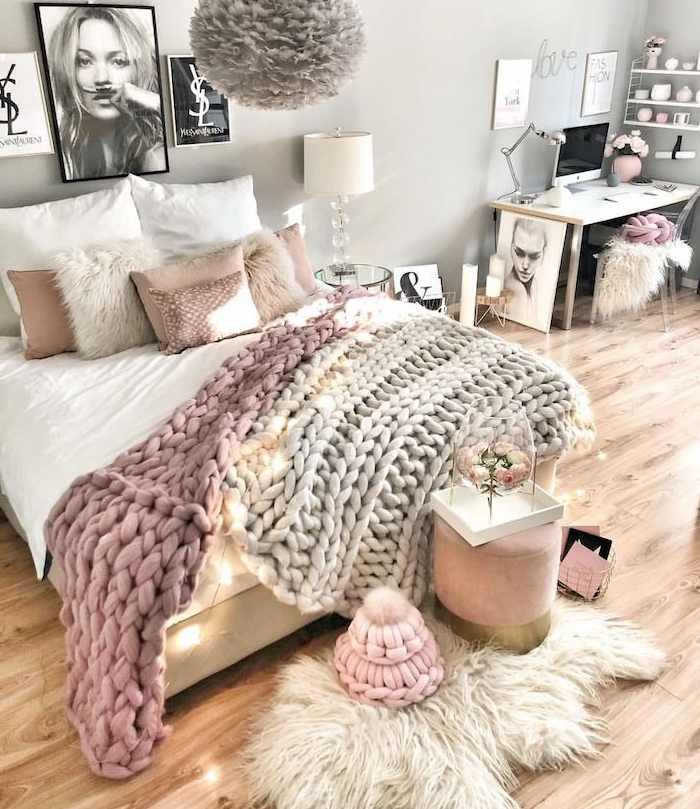 chambre rose et gris feminine avec plaid grosse mail rose poudré et gris, tapis peau de mouton, murs couleur grise, deco murale graphique, parquet bois clair