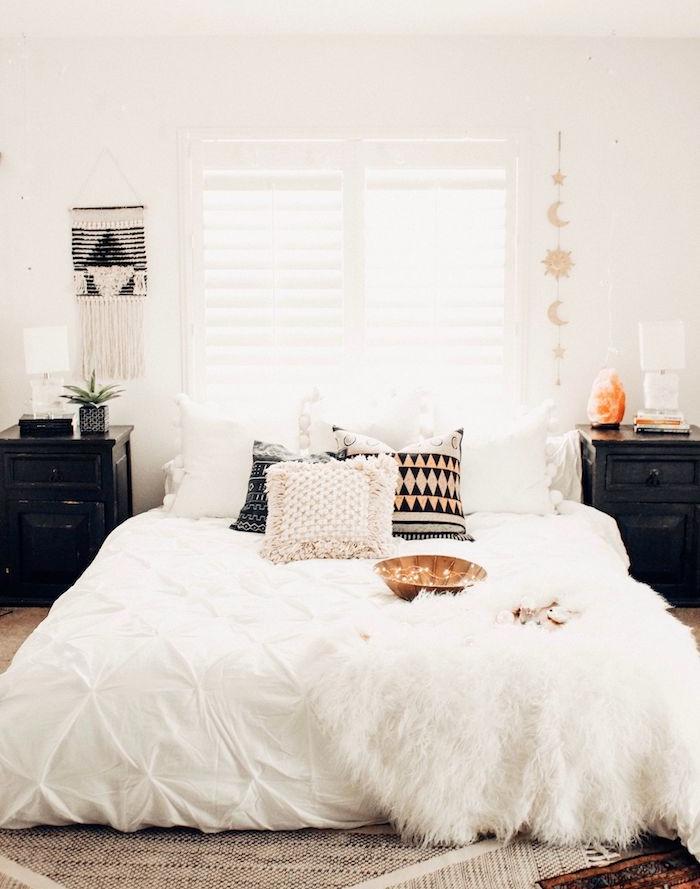 meuble de nuit couleur noire, coussins decoratifs colorés, macramé mural, tapis noir et blanc, deco scandinave retro chic