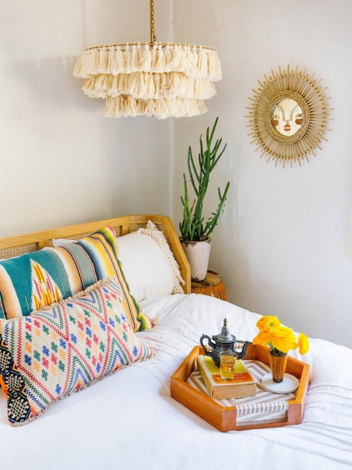 design intérieur de style jungalow, idée déco chambre bohème chic, modèle de miroir ovale à rayons en fibre végétale