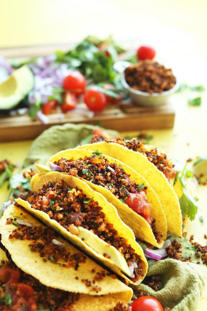 plat facile à base de quinoa, wraps de tortillas végétariens au quinoa et à la sauce tomate, idée d'entrée simple et rapide