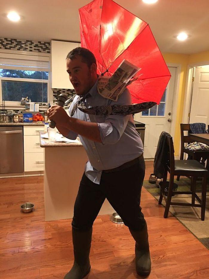 Homme deguisement halloween maison facile, chemise et pantalon et parapluie inversé, idée déguisement drôle