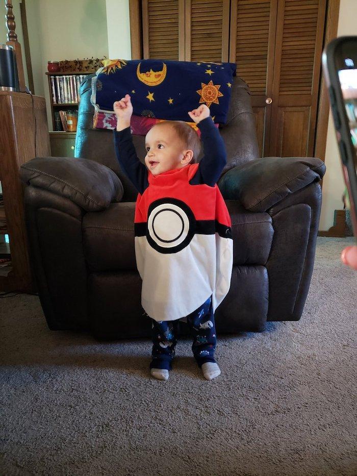 Déguisement halloween pour bébé, pokeball simple costume, idée comment deguiser son enfant