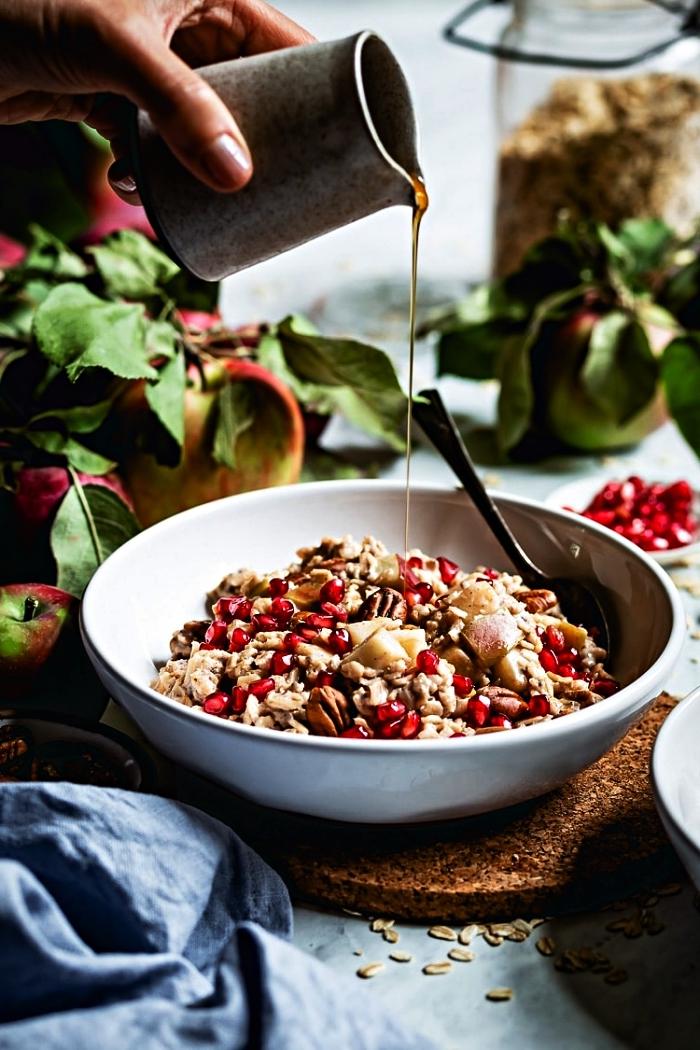 recette de porridge aux pommes, noix de grenade et au miel, idée de petit-déjeuner healthy et équilibré