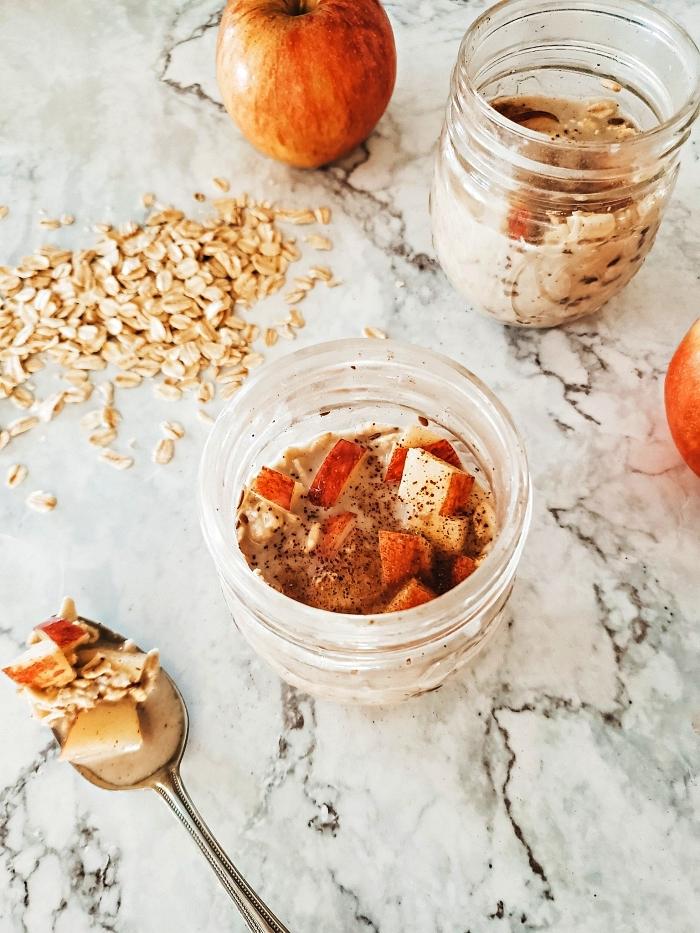 recette avec des pommes pour un petit-déjeuner healthy, porridge aux pommes, à l'avoine et à la cannelle