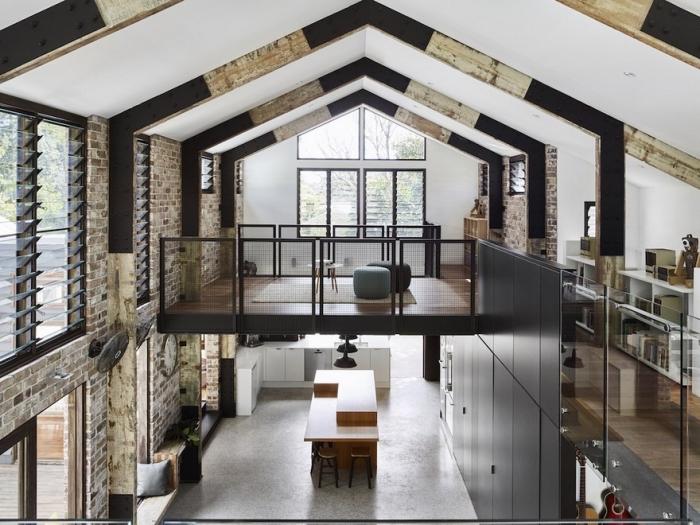 exemple comment transformer grange en habitation, design intérieur style loft industriel avec sol ciment et accents noir mat