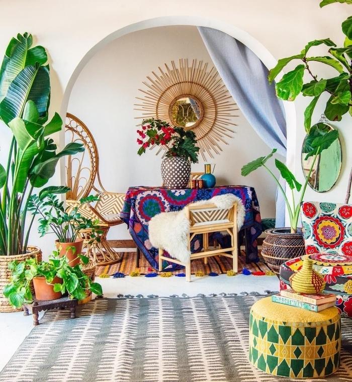 diy miroir osier dans une salle de séjour ethnique, design intérieur style jungalow avec objets colorés et plantes