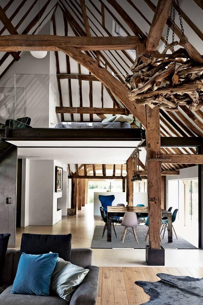 idée renovation grange, décoration espace loft de style moderne en blanc et bois avec accents en noir mat et objets velours