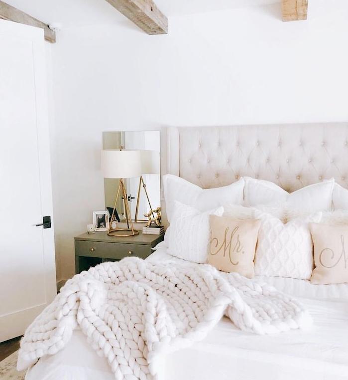 poutres apparentes en bois, linge de lit blanc, plaid grosse mailles blanc immaculé, table de nuit grise, deco chambre parentale