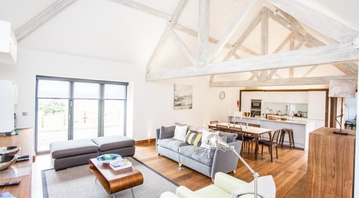 renovation maison ancienne, décoration studio loft aux murs blancs avec parquet bois, agencement cuisine en longueur