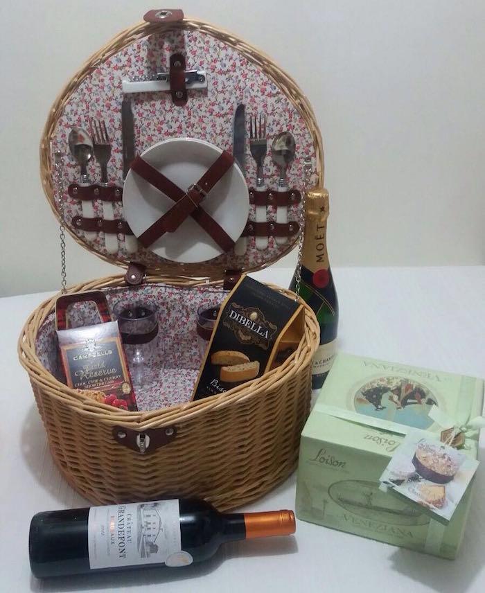 Basket pique nique avec bouteille de vin et biscuits et chocolats, idée de cadeau pour couple, coffret cadeau couple