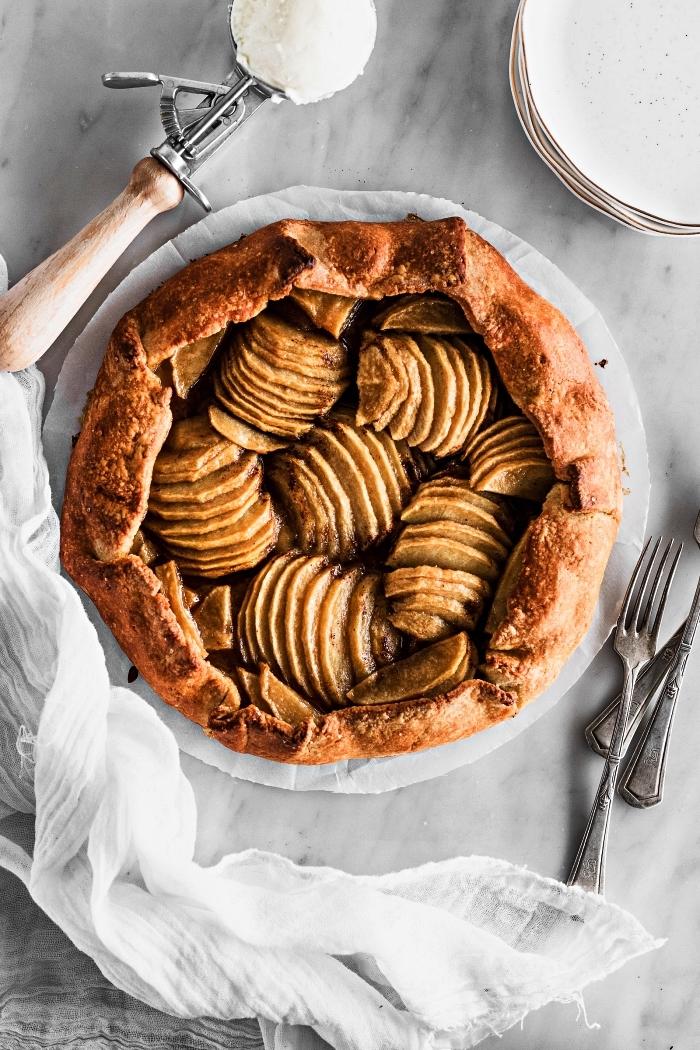 que faire avec des pommes, recettes de gâteaux en pâtisserie à base de pommes, recette de galette rustique aux pommes caramélisées